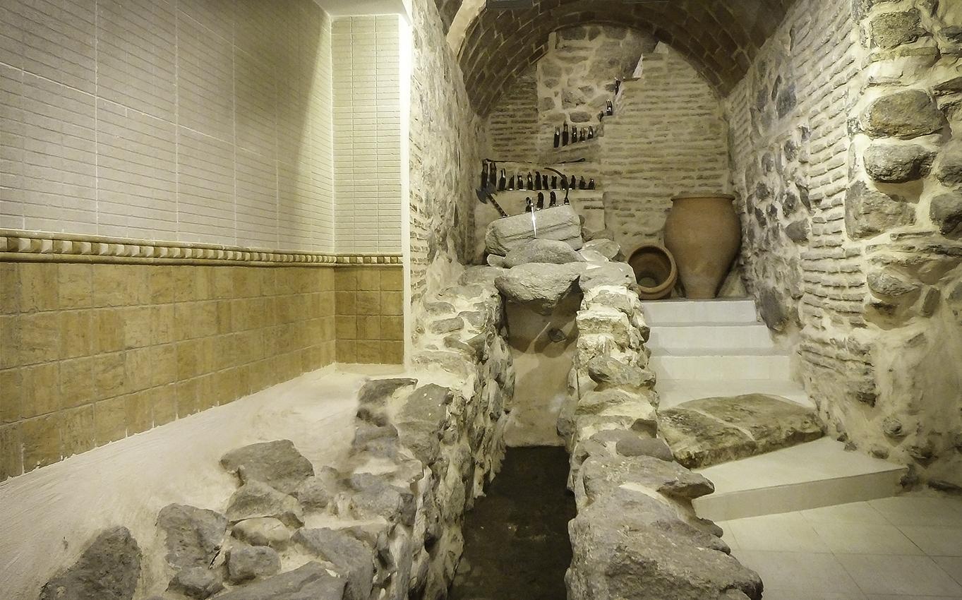 Alcantarilla romana de la Cuesta de Portugueses, esquina Calle Tornerías, en el sótano de la tienda de artesanía