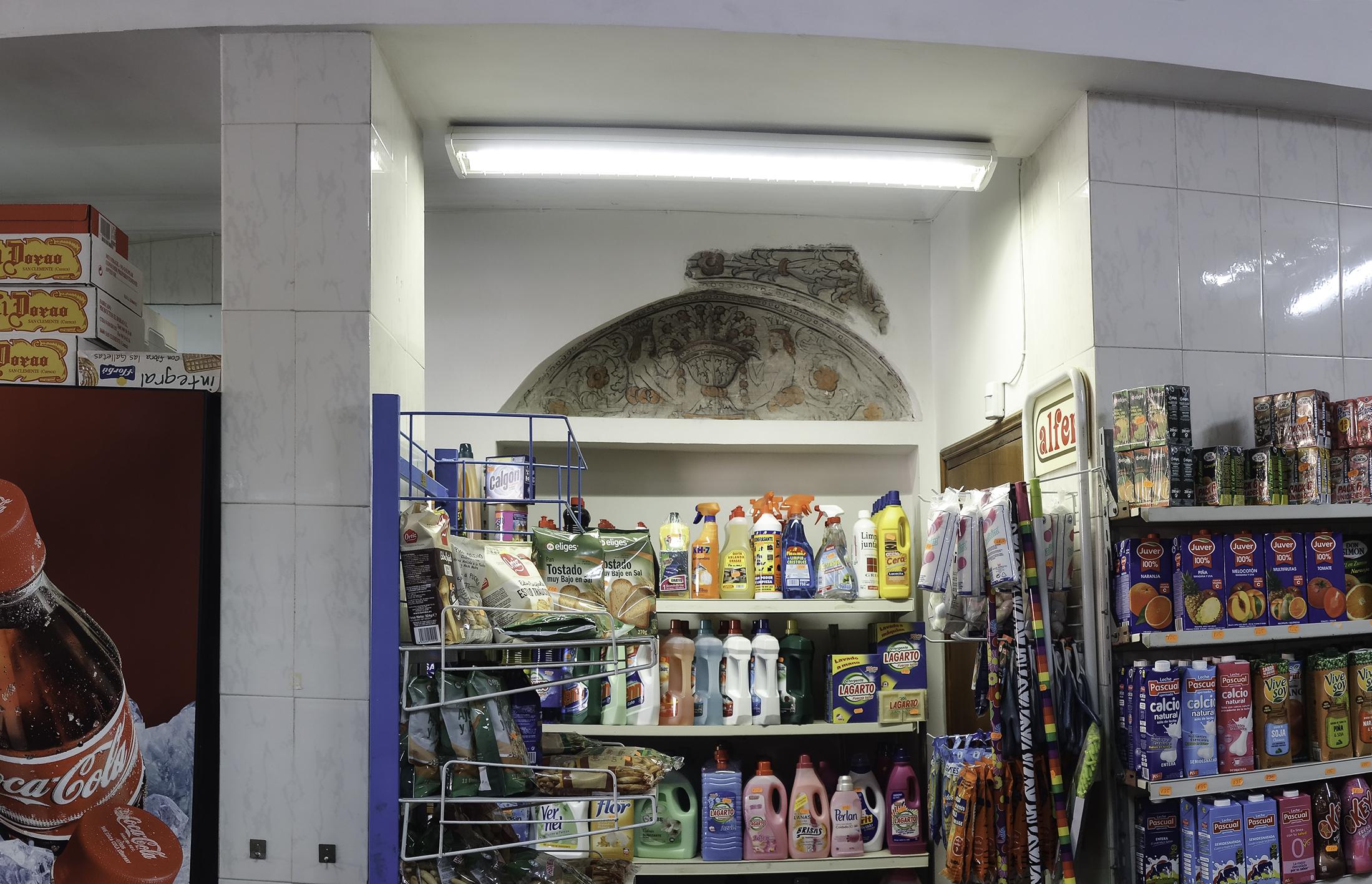Restos de pintura mural existente en la tienda de barrio de Plaza de San Justo nº 4, en Toledo. Fotografía: Jose María Gutiérrez Arias, Sección Vivienda, Área de Gestión Patrimonial, Consorcio de Toledo. Año 2019