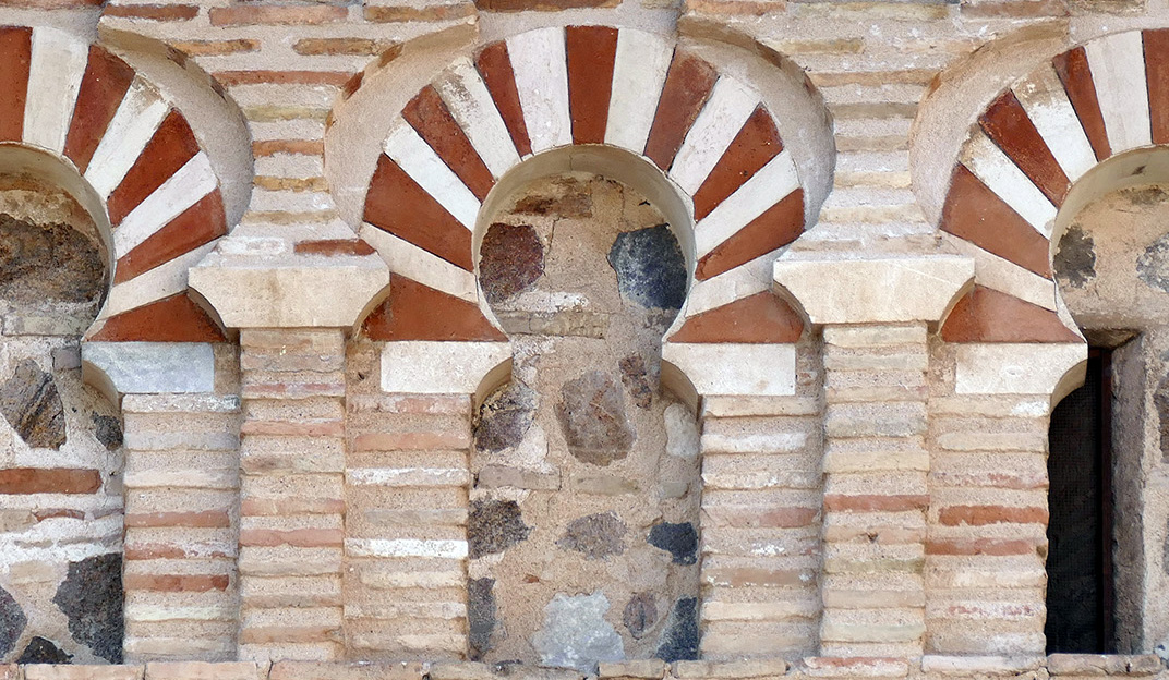 Detalle arcos de herradura con sus dovelas coloreadas alternas. Cristo de la Luz, Toledo. Fotografía de Juan Alcor (https://www.flickr.com/photos/juanalcor/)