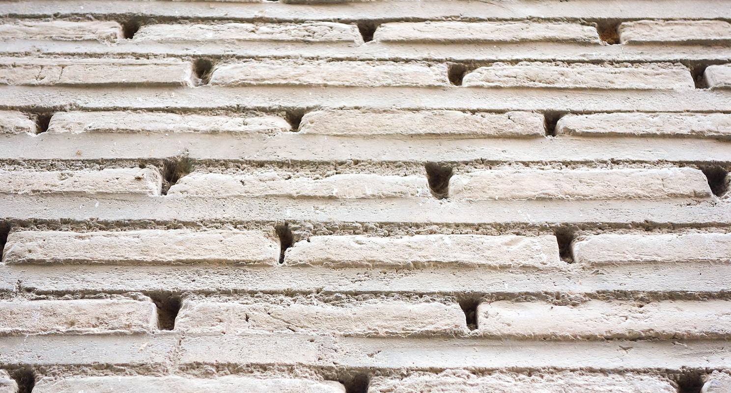 Aparejo barroco, con su característico juego de sombras en las llagas, en Bajada de San Justo nº 2, Toledo. Fotografía: Jose María Gutiérrez Arias, Sección Vivienda, Consorcio de la ciudad de Toledo.