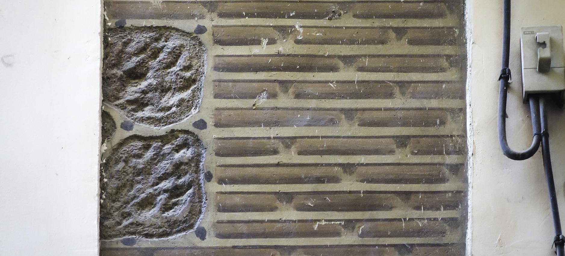 Pequeño fragmento de un trampantojo en la fachada de un edificio de la Calle Chapinería, Toledo. Fotografía: Jose María Gutiérrez Arias, Sección Vivienda, Consorcio de la ciudad de Toledo