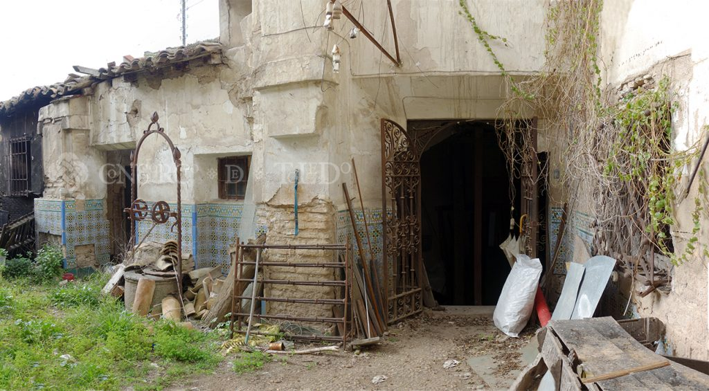 Acceso al patio de la antigua casa-herrería de Julio Pascual. Calle San Juan de la Penitencia nº 13, Toledo
