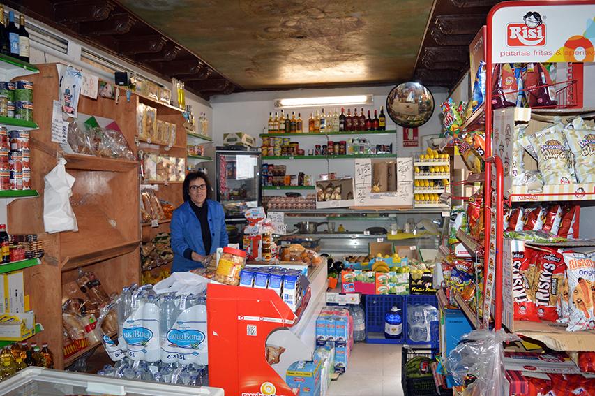 Patricia en su tienda de barrio de la Calle de las Tendillas nº 3, antiguo salón de la Confitería de la Viuda de Pérez